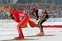 Vítěz třetího ročníku Tour de Ski Dario Cologna (vlevo) letos před zaplněnou tribunou neprosviští.