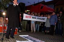 Nespokojenost se současným vedením města dalo včera před třebíčskou radnicí najevo nejméně 1400 příchozích. Demonstranti žádali odstoupení starosty a tří místostarostů. Před demonstranty měl odvahu přijít pouze starosta Ivo Uher (na snímku).