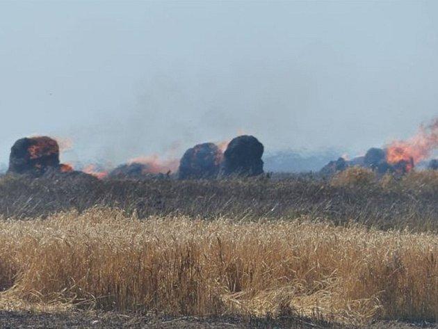 Požár pole u Jamného.