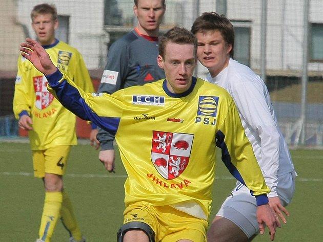 Starší dorostenci FC Vysočina (ve žlutém vpředu Petr Pražák) v sobotním utkání s Hradcem bojovali a rvali se jako lvi, ovšem o jediný gólový a tříbodový úspěch se postaral hostující Čech.