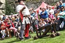 Hodování pro dobrou věc. Začátkem května vyrostly v zahradě před hradem dobové gotické stany. V sobotu pak cestu k hradu obsadili stánkaři s nejrůznějším zbožím. Hlavní program byl nabitý šermířskými i ohňovými vystoupeními.Roštejnský hodokvas se vydařil.