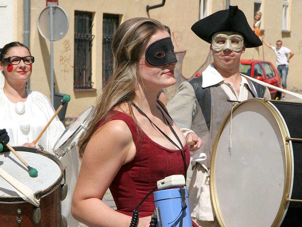 Průvod členů Horáckého divadla v kostýmech zval Jihlavany na připravované inscenace.