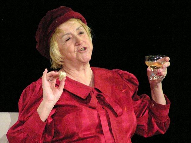 Zajímavé psychologické monodrama Moje maminka zahraje na třešťském divadelním festivalu Eva Čurdová (na snímku) z jihlavského souboru NaKop Tyjátr. Fotografie je ze hry tohoto souboru, která se jmenuje Ach ta něha našich dam.