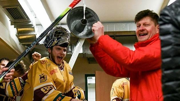 Petr Mlíkovský (vpravo) s formou na bábovku, která je už nedílnou součástí kabiny jihlavských hokejistů. Od té doby, co visí na stropě, vyhráli sedm zápasů v řadě.