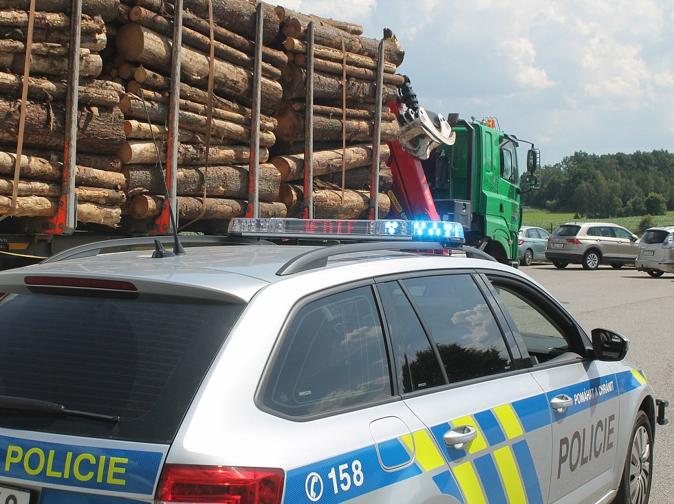 Témě o pět tun byl přetížený kamion, který policisté kontrolovali dvě hodiny  po poledni ve Stříteži.
