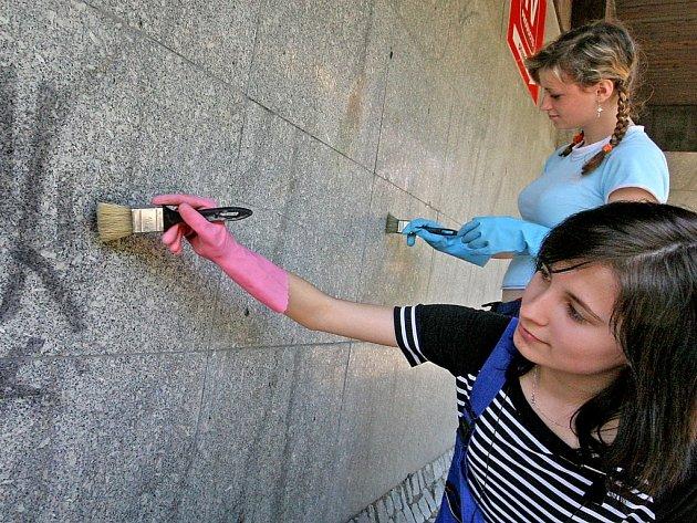 Studenti jihlavské střední školy stavební budou až do začátku prázdnin čistit a natírat fasádu a obložení obchodního domu Prior na Masarykově náměstí.