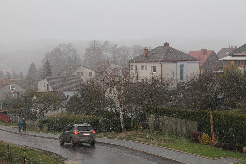 Do Luk nad Jihlavou se sněžení během pátečního odpoledne ještě vrátilo.