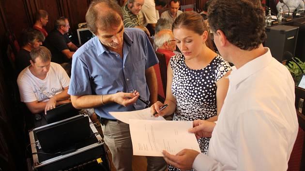 Primátorka Karolína Koubová (Fórum Jihlava) řešila o přestávce s Radkem Popelkou a Jiřím Pokorným z hnutí ANO změniu programu. Ani upravená verze však neprošla hlasováním.