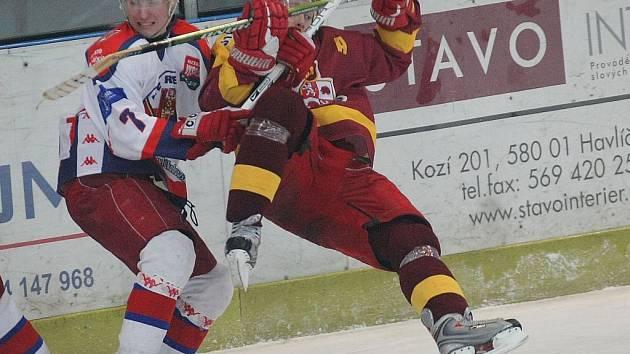 Rebel Jakub Stromko (vlevo) si v tomto souboji poradil s jihlavským Vladimírem Říhou. Svěřenci Petra Nováka budou chtít zabrat i na olomouckém ledě.