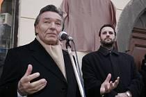 V lednu 2005 zavítal Karel Gott do vysočinského krajského města, aby se zúčastnil slavnostního odhalování pamětní desky zpěváka Járy Pospíšila. V Křížové ulici byly tehdy davy. Doprava se zastavila.
