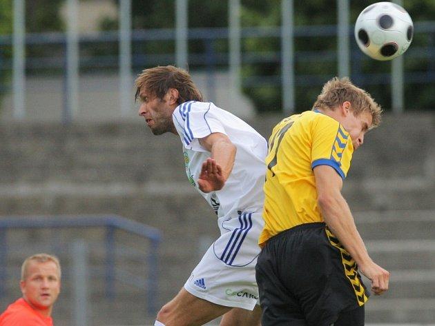 Konečně výhra. To si mohou říct jihlavští fotbalisté (ve žlutém) poté, co po dlouhých deseti měsících zvítězili na hřišti soupeře. Smolnou sérii protrhli ve Vítkovicích.