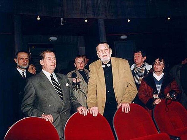 Václav Havel v roce 1996 v Horáckém divadle s tehdejším ředitelem Milošem Stránským.
