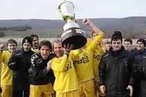 Kapitán jihlavských fotbalistů Michal Veselý drží nad hlavou pohár pro vítěze v pořadí už 15. ročníku tradičního zimního turnaje Tipsport liga.