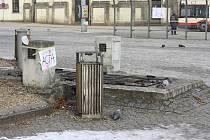 Po protestujících v sobotu odpoledne zbylo na jihlavském Masarykově náměstí i několik plakátů.