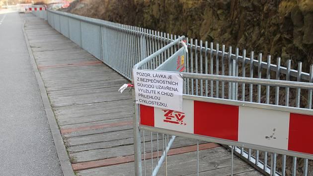 Chodci za City Parkem musí nyní chodit po cyklostezce. Na jaře by tam mohlo být pořádně rušno.