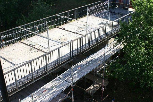 Po rozlomeném mostku na cyklostezce  přes řeku Jihlavu budou stavební dělníci vnásledujících týdnech také pracovat na lávce u obchodního centra na Březinkách.