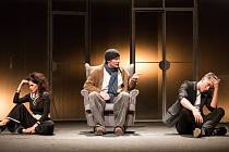 Harpagona na jevišti Horáckého divadla představuje Stanislav Gerstner (uprostřed). Na snímku je i jeho divadelní dcera (Vladimíra Čapková) a syn (Matyáš Procházka).