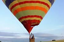 Přistání na Skalce. Balon s barevnými pruhy přistál na Skalce.