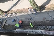 Ve čtvrtek 25. března odpoledne už dělníci s demolicí lávky pár dní pokračovali.