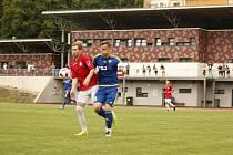 Polenští fotbalisté (v červeném) trénují stále individuálně. Trenér Lovětínský chce začít, až budou jeho svěřenci moci hrát i fotbal.