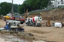 Staveniště City Parku je zatím plné stavebních strojů.