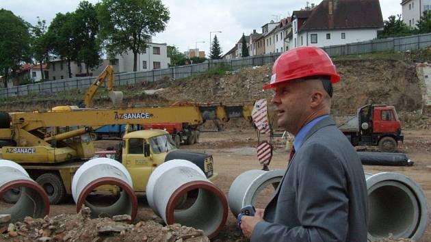 Zástupce investora Martin Jaroš provádí staveništěm.