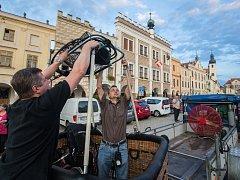 Příprava na let balónem v Telčí.