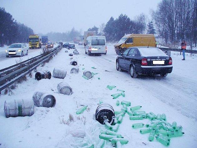 Sněžení a velký mráz zkomplikovaly dopravu na řadě míst Vysočiny. Velké problémy se sjízdností byly v Kostelci u Jihlavy i na dálnici D1. Na jejím 93. kilometru ve směru na Prahu se po srážce osobního auta a dodávky rozsypaly nádoby s vínem.