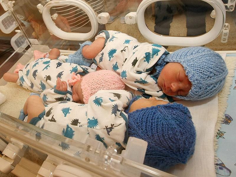 Trojčátka Eliška, Štěpán a Vojtěch Jaklovi zatím musí pobývat v inkubátoru. Rodiče si je domů odnesou za týden či dva.