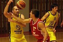 Nejlepším střeleckým výkonEm domácích, patnácti body, se Pavel Tůma (ve žlutém u míče) podílel na vítězství BK Jihlava nad rezervním týmem Husovic.