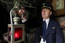 Jednašedesátiletý Jiří Holoubek bydlí na hodickém nádraží. Železnice je pro bývalého nádražáka smysl života. U něho doma i na přilehlé zahradě to proto vypadá jako v železničním muzeu.