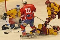 Hokejové juniory Dukly (ve žlutém) čeká dvojutkání na ledě soupeřů, kde by chtěli konečně bodovat.