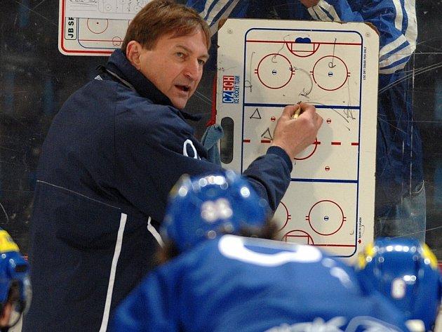 Kouč české hokejové reprezentace Alois Hadamczik buduje tým pro mistrovství světa. Nedávno se vrátil z inspekční cesty po NHL. Při přípravných zápasech s Běloruskem se ale bude muset obejít bez většiny českých hvězd.