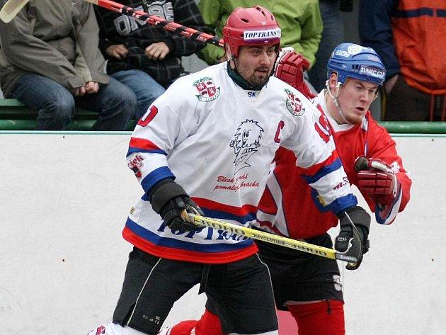 Jihlavský kapitán Roman Smutný (v bílém) se na blížící se ročník I. ligy i nové soupeře těší. A tahoun SK Toptrans se netají ani extraligovými choutkami.