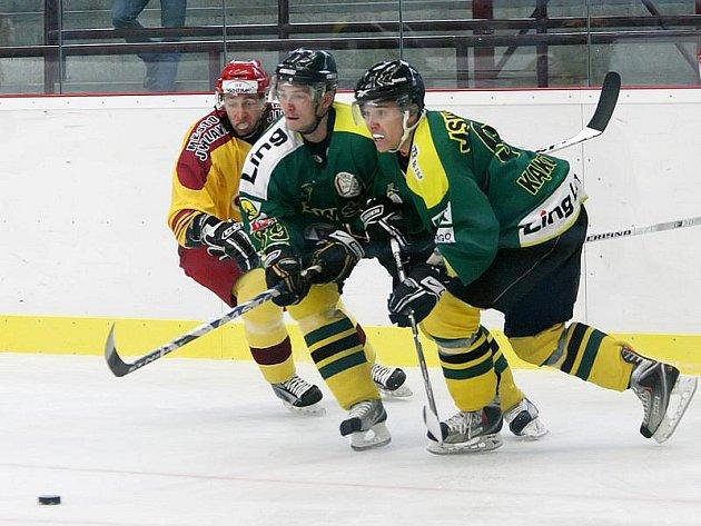 Pro trenéry možná, hráči to tak neberou. Vždyť přece bojují o místo v sestavě, což je vidět i z výrazů hokejistů Dukly Jihlava a polského Jastrzebie při úterním vzájemném souboji.
