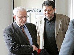 Bývalý starosta Havlíčkova Brodu Jaroslav Kruntorád (vpravo) si včera u Okresního soudu v Pardubicích vyslechl osvobozující rozsudek.