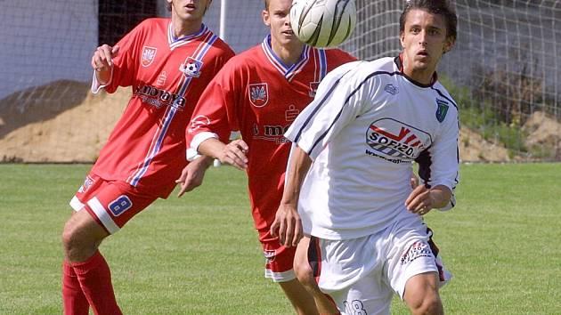 Nejen fotbalisté Velkého Meziříčí (v červeném), ale i ostatní účastnící předkola poháru ČMFS si na zápas odskočí z rozjeté letní přípravy.