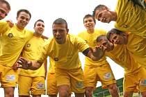 Fotbalisté Rosic (na snímku) právě porazili Vrchovinu a překvapivě slaví postup do MSFL. Do té doby vedoucí Otrokovice totiž jen remizovaly na hřišti sestupujícího Blanska.