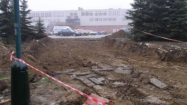Práce na propojení ulice Březinova s parkovištěm u obchodního centra na sídlišti Březinky v Jihlavě započaly.
