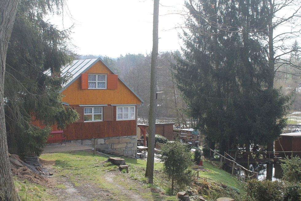 V těsné blízkosti Dvorců je chatová oblast, tam zatím ještě nezačala sezona.