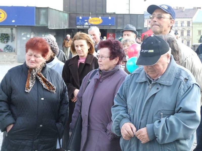 Přihlížející se rekrutovali především z řad starších občanů.