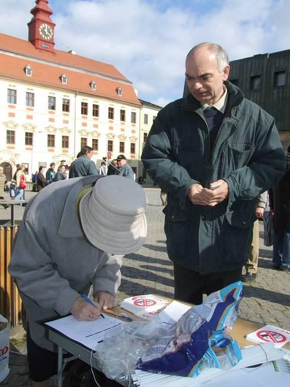 Přihlíží jihlavský zastupitel za KSČM Ladislav Zadražil.