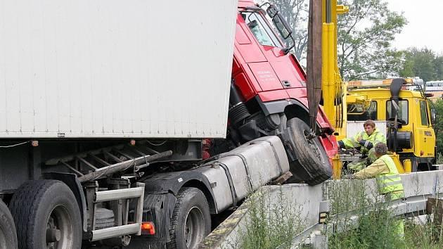 V zúženém místě silnice vedoucí poblíž obce Věž směrem na Havlíčkův Brod skončil kamion na betonových svodidlech.