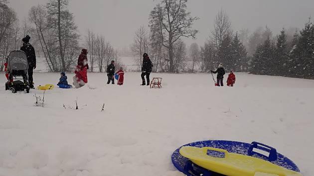 Zimu si užívají i děti ve městech. V Telči je oblíbeným místem pro sáňkování kopeček u Štěpnického rybníka.