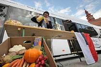 Na podzimní festival dokumentárních filmů upozorňuje už nyní barevný trolejbus. Během představení kampaně připravil organizátor festivalu Marek Hovorka svěží džus.