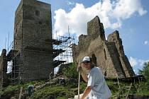 Letní práce na zřícenině hradu Rokštejn.