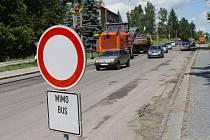 Uzavírka Brněnské ulice v Jihlavě. Mnozí řidiči zákaz vjezdu v Brněnské ulici nerespektovali.