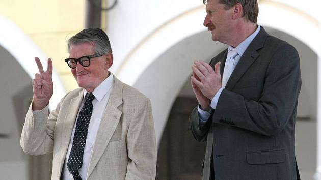 Stejně jako v minulých letech převezme i letos záštitu nad festivalem režisér Vojtěch Jasný. Na snímku stojí vlevo spolu se starostou Telče Romanem Fabešem.