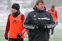 Nový trenér FC Vysočina Michal Hipp vedl včera první trénink týmu. Potkal se na něm také s nejlepším střelcem týmu na podzim Murisem Mešanovičem (vlevo), jehož služeb by na jaře rád využíval.