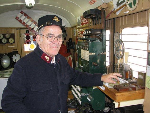 """""""Aby se mělo něco rozvíjet, musí se to využívat. Pokud cestující nebudou jezdit po železnici, tak tam není potřeba investovat. Kam se ale dostaneme se šrotovným? To se auta budou vršit v kovošrotech?"""" ptá se železničář tělem i duší Václav Simbartl."""